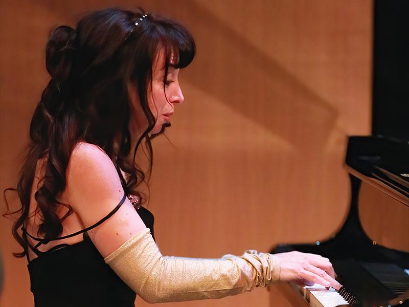 Eliane Rodrigues at piano